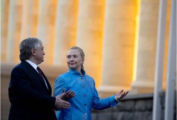 Armenian Foreign Minister Eduard Nalbandian, left, and US Secretary of State Hillary Rodham Clinton arrive for a press conference following meetings Monday June 4, 2012, at the presidential palace in Yerevan. (AP PHOTO / Saul Loeb)